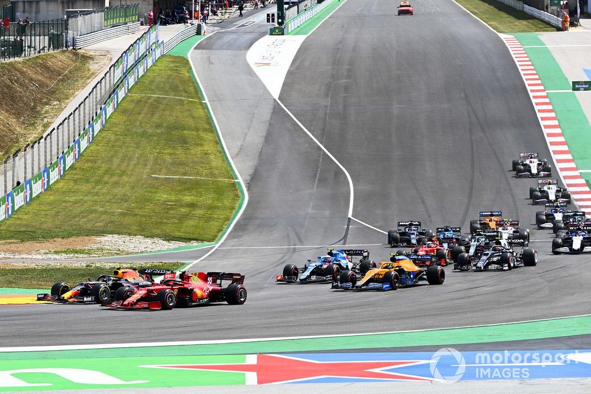 Sergio Perez, Red Bull Racing RB16B, Carlos Sainz Jr., Ferrari SF21, Esteban Ocon, Alpine A521, Lando Norris, McLaren MCL35M, e il resto delle auto alla partenza