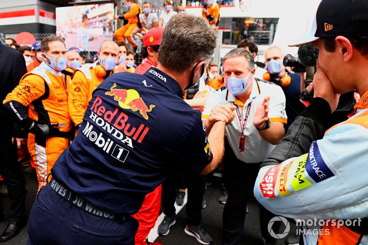 Christian Horner, director del equipo Red Bull Racing, y Zak Brown, director general de McLaren Racing, se felicitan al final de la carrera