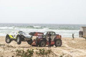 Auto di Mikaela Ahlin-Kottulinsky, Kevin Hansen, JBXE Extreme-E Team, viene rimossa dal percorso dopo il suo incidente nella gara finale
