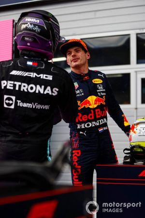 Lewis Hamilton, Mercedes, feliciteert Max Verstappen, Red Bull Racing