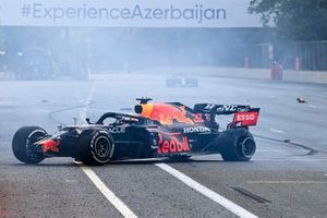Il ritiro di Max Verstappen, Red Bull Racing causato dal cedimento del pneumatico posteriore sinistro