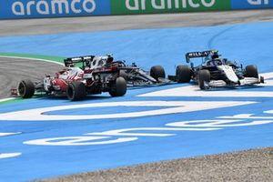Pierre Gasly, AlphaTauri AT02, Antonio Giovinazzi, Alfa Romeo Racing C41, and Nicholas Latifi, Williams FW43B, tangle on the opening lap
