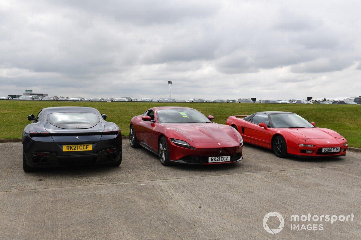Un par de Ferrari Roma, uno es de Carlos Sainz Jr., Ferrari, y la primera generación del Honda NSX en Silverstone