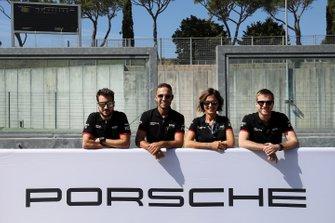 Foto di gruppo Porsche Italia con Valentina Albanese