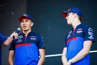 Alexander Albon, Toro Rosso et Daniil Kvyat, Toro Rosso, sur la scène de la fanzone