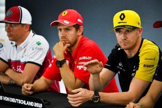 Nico Hulkenberg, Renault F1 Team, Sebastian Vettel, Ferrari y Kimi Raikkonen, Alfa Romeo Racing en la conferencia de prensa