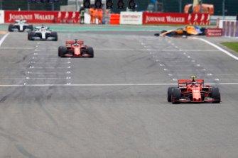 Charles Leclerc, Ferrari SF90, devant Sebastian Vettel, Ferrari SF90, et Lewis Hamilton, Mercedes AMG F1 W10