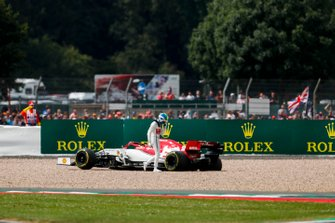Antonio Giovinazzi, Alfa Romeo Racing C38, sale de su auto luego de vararlo en una trampa de grava