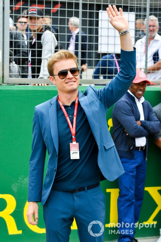 Nico Rosberg waves from the grid