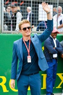 Nico Rosberg saluta dalla griglia