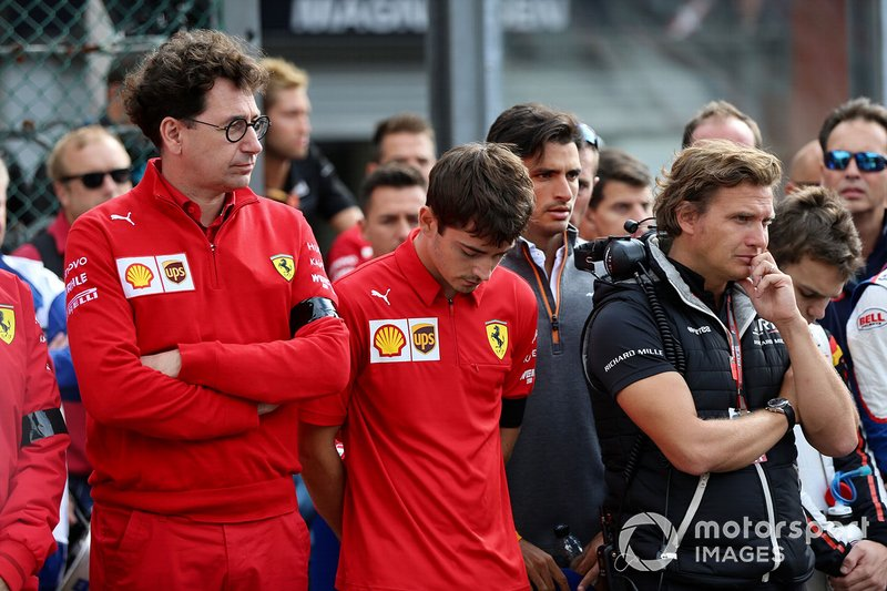 Mattia Binotto, director de Ferrari, y Charles Leclerc, de Ferrari, en la parrilla para el monumento conmemorativo de Anthoine Hubert
