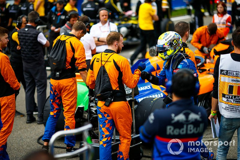 Lando Norris, McLaren, sulla griglia con i suoi meccanici