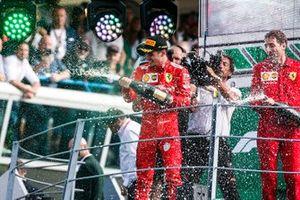 Le vainqueur Charles Leclerc, Ferrari, avec du champagne