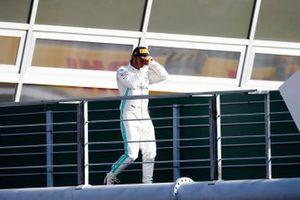 Le troisième, Lewis Hamilton, Mercedes AMG F1, arrive sur le podium