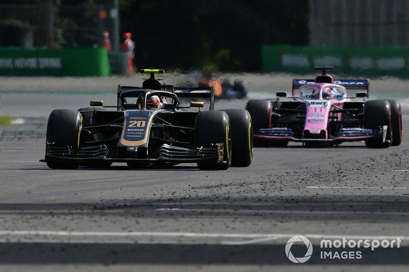 Kevin Magnussen, Haas F1 Team VF-19, precede Sergio Perez, Racing Point RP19