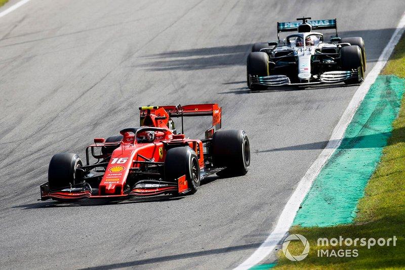 Charles Leclerc, Ferrari SF90 y Lewis Hamilton, Mercedes AMG F1 W10