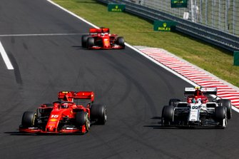 Charles Leclerc, Ferrari SF90, supera Antonio Giovinazzi, Alfa Romeo Racing C38, davanti a Sebastian Vettel, Ferrari SF90