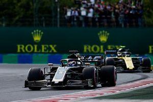 Romain Grosjean, Haas F1 Team VF-19, voor Nico Hulkenberg, Renault F1 Team R.S. 19