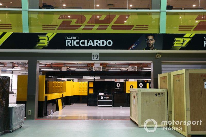 Casse davanti al garage di Daniel Ricciardo, Renault