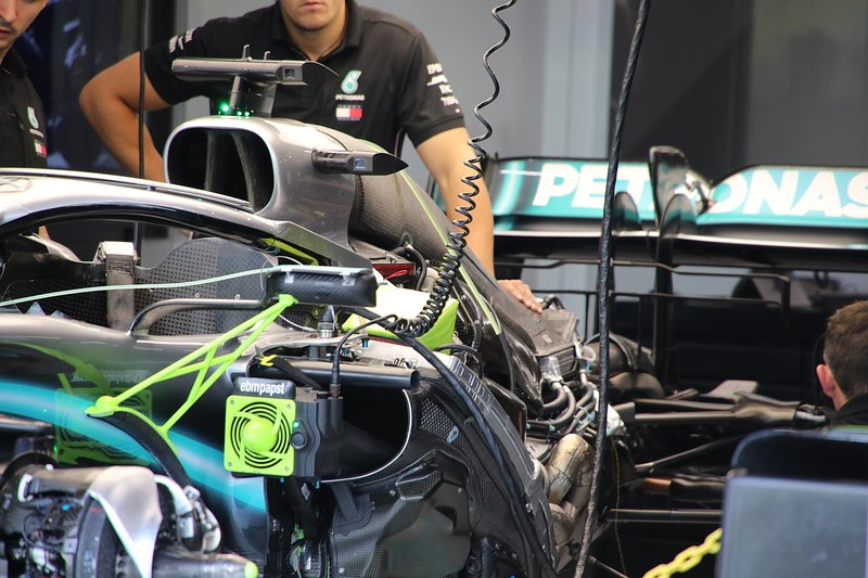 Mercedes AMG F1 W10, detalhe da lateral e sistemas embarcados