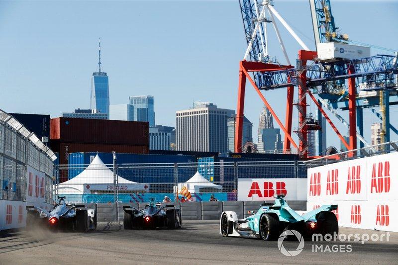 Gary Paffett, HWA Racelab, VFE-05, Edoardo Mortara, Venturi Formula E, Venturi VFE05, va al bloccaggio davanti a Oliver Turvey, NIO Formula E, NIO Sport 004