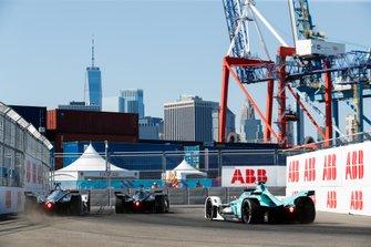 Gary Paffett, HWA Racelab, VFE-05, Edoardo Mortara, Venturi Formula E, Venturi VFE05 bloque ses roues devant Oliver Turvey, NIO Formula E, NIO Sport 004