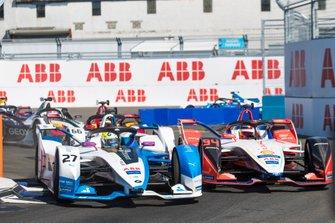Alexander Sims, BMW I Andretti Motorsports, BMW iFE.18 battles with Pascal Wehrlein, Mahindra Racing, M5 Electro ahead of Daniel Abt, Audi Sport ABT Schaeffler, Audi e-tron FE05