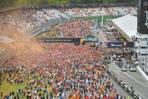 I tifosi invadono il circuito alla fine della gara
