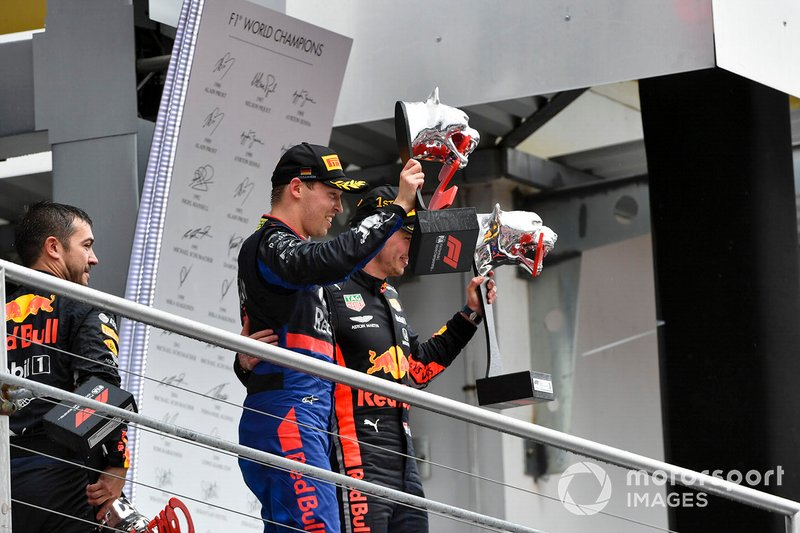 Daniil Kvyat, Toro Rosso, 3° classificato, e Max Verstappen, Red Bull Racing, 1° classificato, festeggiano sul podio, con i trofei