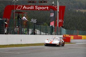 Bandera a cuadros para el #20 GPX Racing Porsche 911 GT3 R: Kevin Estre, Michael Christensen, Richard Lietz