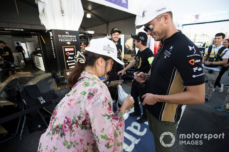 Andre Lotterer, DS TECHEETAH signs an autograph for a fan