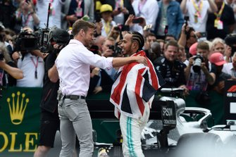 Jenson Button, Sky Sports F1, congratulates Lewis Hamilton, Mercedes AMG F1, 1st position