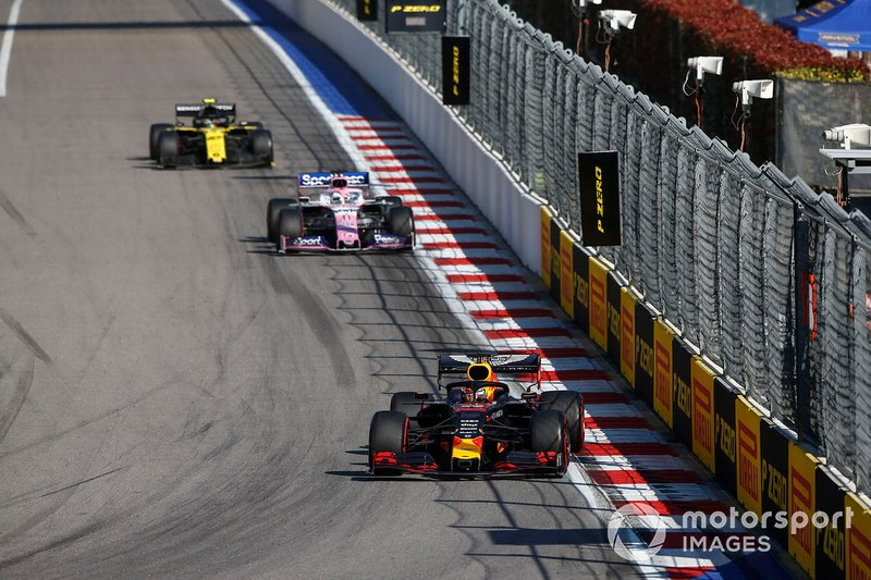 Max Verstappen, Red Bull Racing RB15, precede Sergio Perez, Racing Point RP19, e Nico Hulkenberg, Renault F1 Team R.S. 19