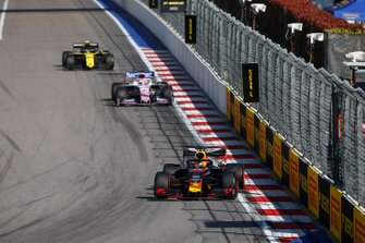 Max Verstappen, Red Bull Racing RB15, voor Sergio Perez, Racing Point RP19, en Nico Hulkenberg, Renault F1 Team R.S. 19