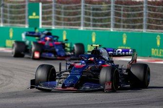 Pierre Gasly, Toro Rosso STR14, devant Daniil Kvyat, Toro Rosso STR14