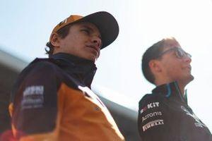 Lando Norris, McLaren, en George Russell, Williams Racing