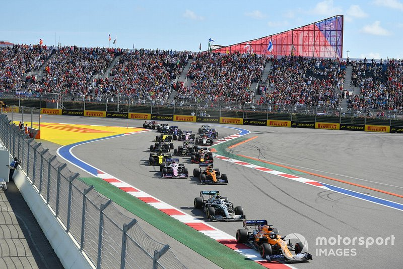 Carlos Sainz Jr., McLaren MCL34, precede Valtteri Bottas, Mercedes AMG W10, Lando Norris, McLaren MCL34, Sergio Perez, Racing Point RP19, Nico Hulkenberg, Renault F1 Team R.S. 19, Max Verstappen, Red Bull Racing RB15, e il resto delle auto all'inizio della gara