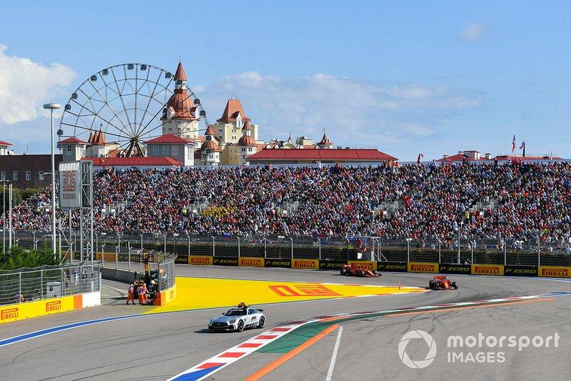 El Coche de Seguridad lidera Sebastian Vettel, Ferrari SF90, y Charles Leclerc, Ferrari SF90