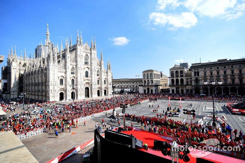 La Piazza Duomo con fans de Ferrari