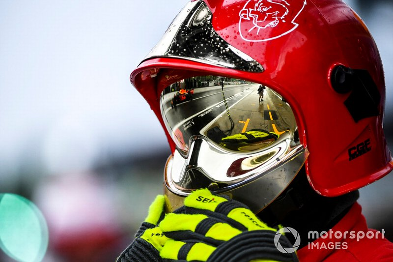 El reflejo de Max Verstappen, Red Bull Racing RB15, en el casco de un comisario
