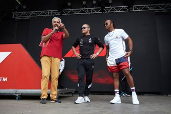 Valtteri Bottas, Mercedes AMG F1 en Lewis Hamilton, Mercedes AMG F1 in de Fan Zone