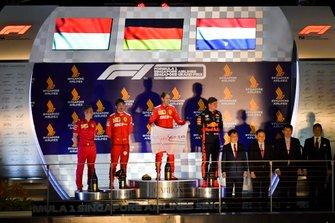 Charles Leclerc, Ferrari, winnaar Sebastian Vettel, Ferrari en Max Verstappen, Red Bull Racing