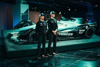 Гонщики Mercedes-Benz EQ Formula E Team Стоффель Вандорн и Ник де Врис, автомобиль Mercedes-Benz EQ Silver Arrow 01