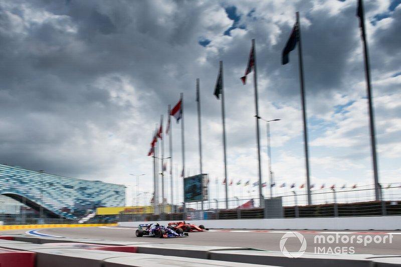 Pierre Gasly, Toro Rosso STR14, precede Sebastian Vettel, Ferrari SF90