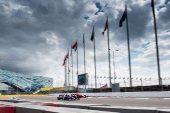 Pierre Gasly, Toro Rosso STR14, en Sebastian Vettel, Ferrari SF90