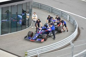 Toro Rosso mechanics move the car of Daniil Kvyat, Toro Rosso STR14