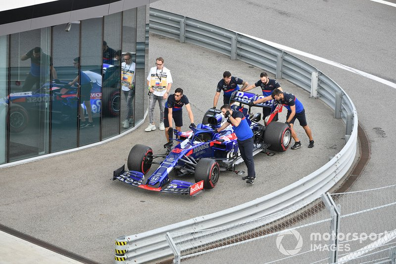 Toro Rosso mechanics move the car of Daniil Kvyat, Toro Rosso STR14