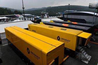 Renault en Red Bull motorhomes in de paddock