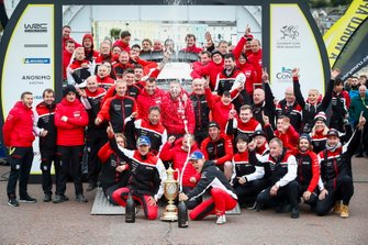 Ott Tänak, Martin Järveoja, Toyota Gazoo Racing WRT Toyota Yaris WRC, avec leur équipe