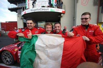 Stefano Gai festeggia con la bandiera tricolore